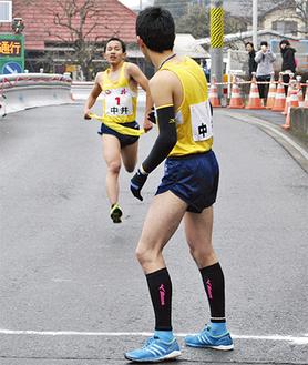 6区・山口選手から7区・横山選手へたすきを繋ぐ(中井町役場前)