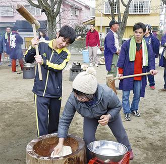 餅つきを楽しむ馬場地区の住民
