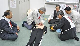 AEDの使い方の手順を訓練する受講者