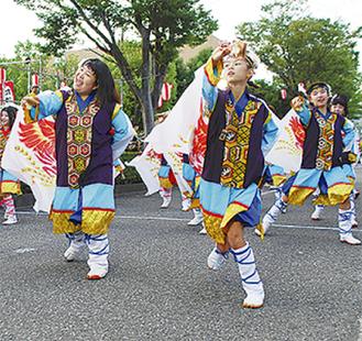 路上で踊る参加者(昨年の様子)