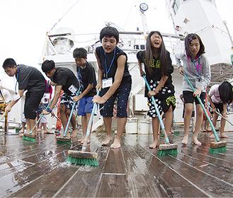船の甲板を清掃する中学生(写真提供/秦野市)