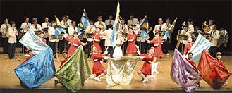 演奏と演技を披露する県警音楽隊とカラーガード