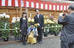 記念写真を撮る七五三参りの家族