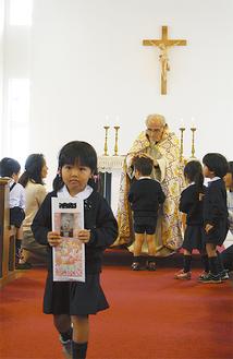 ジュゼッペ神父から祝福を受ける園児たち