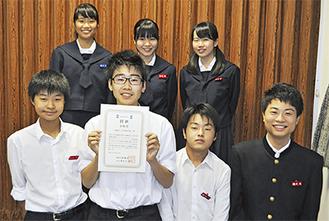 受賞を喜ぶ二宮西中学校の生徒