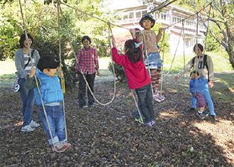 ロープのブランコで遊ぶ子ども