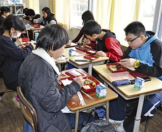 給食を頬張る大磯中学校の生徒たち