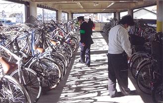 自転車の施錠を確認する町職員ら