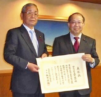 表彰を受けた吉川議長(右)