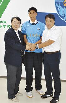 入団会見で井上理事長(左)と奥寺会長(右)と握手を交わす市川さん