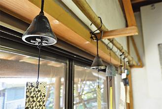 研究所の事務所に飾られた砂張風鈴。独特の音色が室内に響く