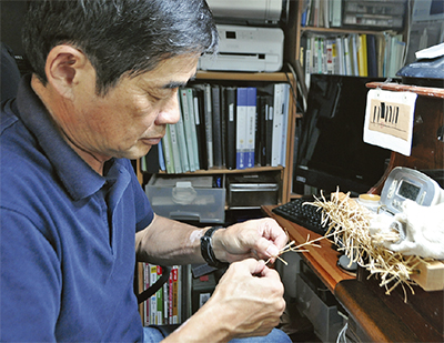 芯に使う竹皮を編む後藤さん。1本の長さは10m以上になる