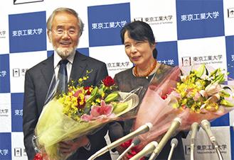 会見に臨んだ大隅さん(左)と妻の萬里子さん=東工大すずかけ台キャンパス