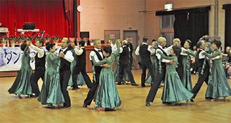 参加者の前でワルツを踊るサークル会員