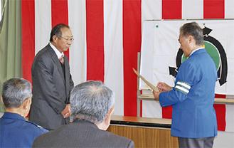 伝達表彰を受ける功労者(左)