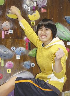 厚木市のボルダリングジムで練習する関野さん