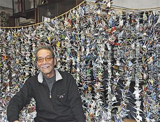 自宅に吊るされた大量の折り鶴と渡邉さん
