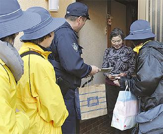 チラシを渡す警察官と母の会会員