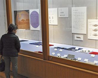様々な石器を展示する