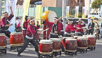 演奏を披露する和太鼓部の学生