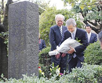 碑前に献花する中崎町長