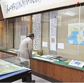 山県有朋の書軸や硯などの展示資料