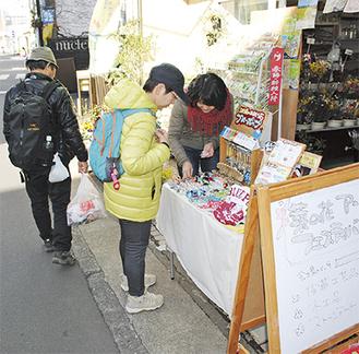 会場の店先で作品を展示する出展者(写真右)