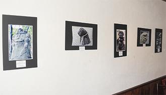 壁に並ぶ狛犬の写真