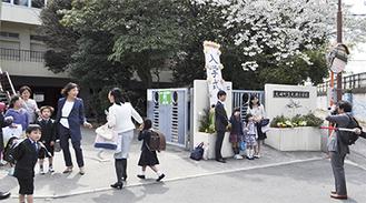 門前で記念撮影をする親子(大磯小学校で)