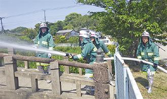放水訓練を行う団員