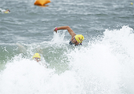 大海原で泳力競う