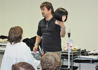 美容講習を行う石井さん