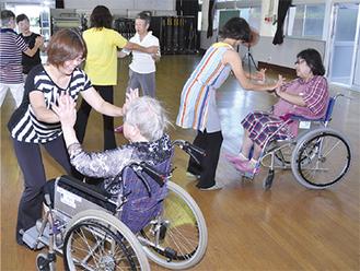 ダンスの振り付けを学ぶ参加者