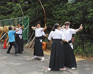 和弓の構え方を教わるラシン市の高校生