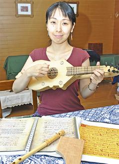 愛用の古楽器「シトール」を持つ中村さん