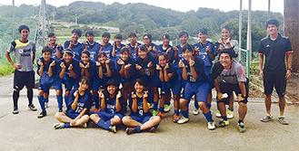 女子サッカー部員ら(同部提供)