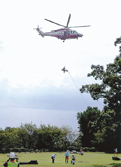 吾妻山山頂で要救助者の収容訓練を行うヘリ(二宮町消防署提供)