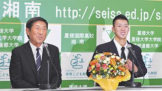 会見で笑顔を見せる本田投手(右)と土屋監督