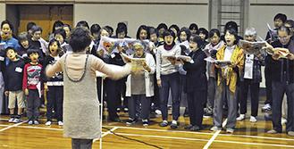 本番に向けて練習するやまゆり合唱団の団員たち