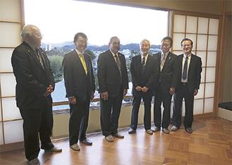 金の間で並ぶ河野大臣(左から2番目)とクリスチャン大統領(同3番目)ら(大磯町提供)