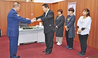 松嶋署長(左)から感謝状を受ける眞さんと従業員