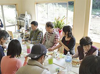オリーブオイルを使い試食を楽しむ参加者