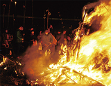 伝統の火祭り 無病息災願う