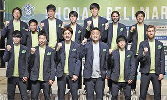 曺監督(前列右から3人目)と新加入した選手
