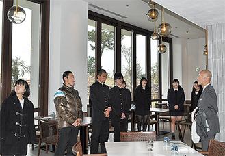 レストラン内を見学する生徒たち