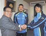 握手を交わす野島教育長、秋元選手、新井選手(左から)=2月9日・大磯町役場