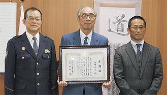 左から松嶋署長、長崎さん、小鮒支店長