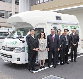 貸与された車両(写真左が楢山会長)