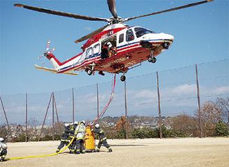 ヘリコプターへの給水訓練