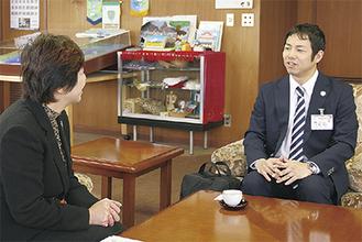村田町長と対談する粟村さん(右)